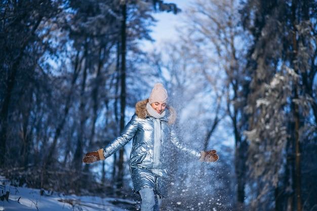 Donna che cammina nel parco invernale