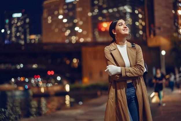Donna che cammina vicino al fiume chicago