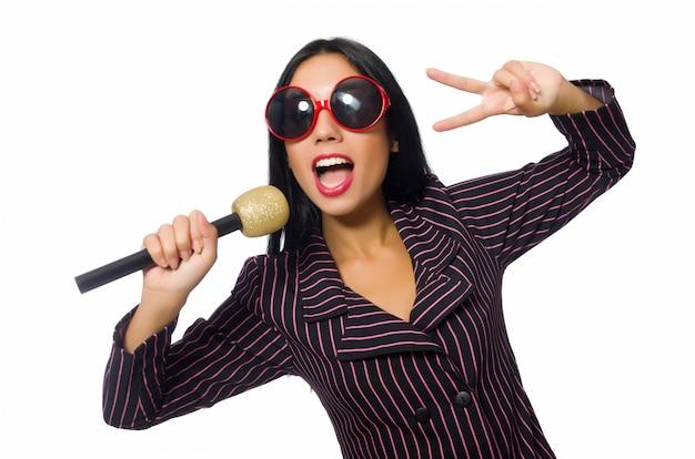 Donna che canta nel club di karaoke isolato su whie