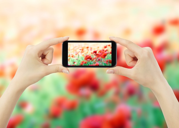 Donna che cattura foto con il cellulare