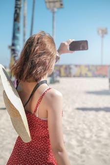 Donna che cattura foto con il suo smartphone