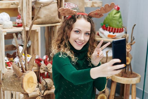 Donna che cattura foto tra le decorazioni
