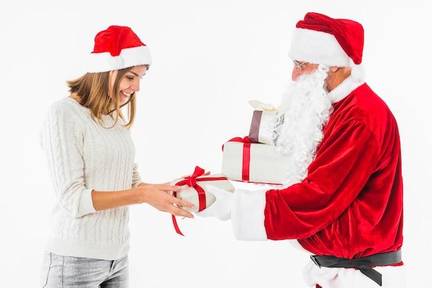 Donna che cattura il contenitore di regalo a babbo natale