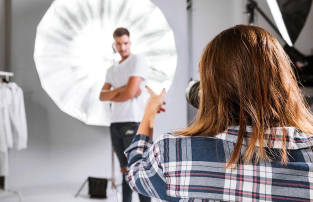 Donna che cattura le foto del modello bello