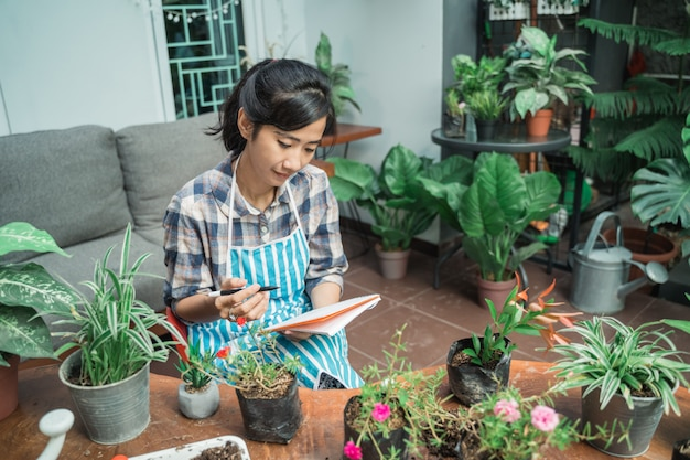 Donna che cattura le note delle sue piante