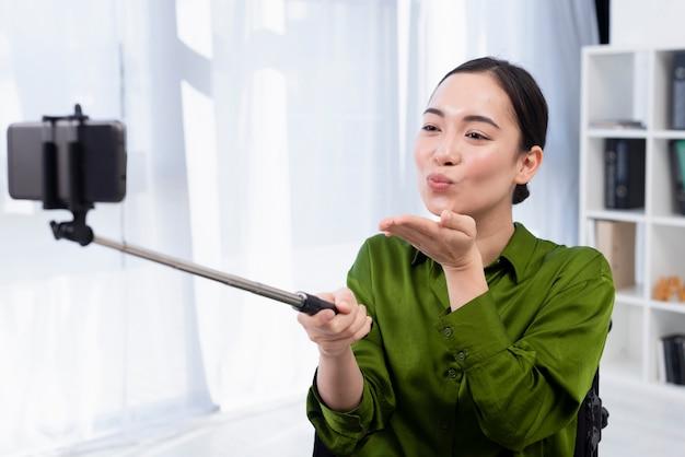 Donna che cattura selfie al chiuso