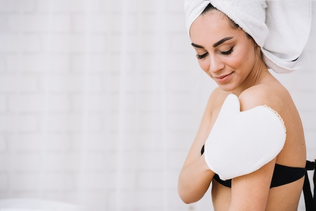 Donna che cattura un bagno rilassante in una spa