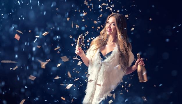 Donna che celebra con champagne