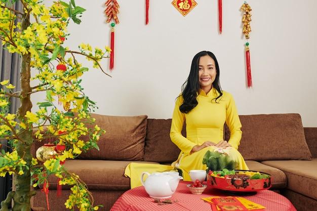 Donna che celebra il capodanno lunare