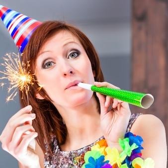 Donna che celebra in cocktail bar