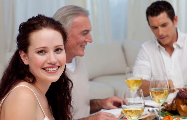 Donna che celebra la cena di natale con la sua famiglia