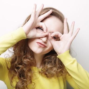 Donna che cerca qualcosa con gli occhi spalancati