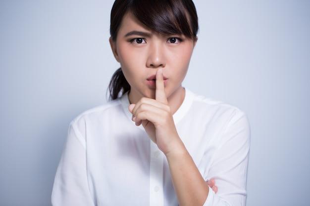 Donna che chiede silenzio