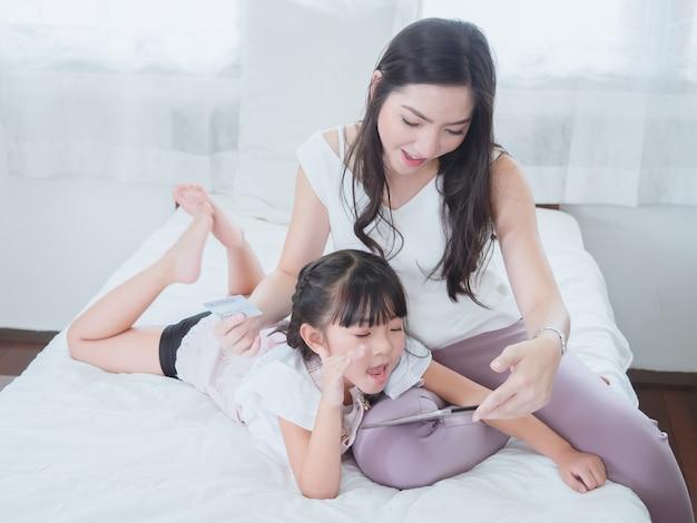 Donna che compera online con sua figlia