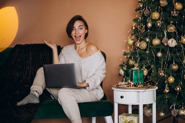 Donna che compera online sulle vendite di natale