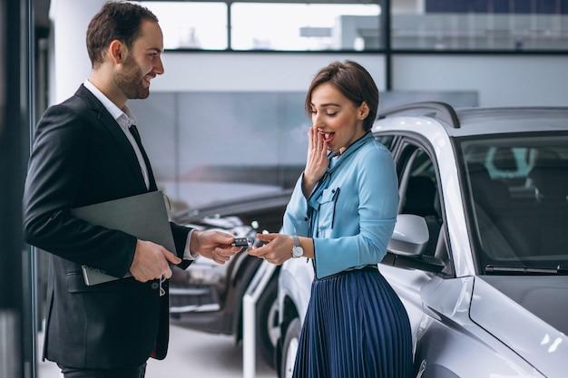 Donna che compra un'auto