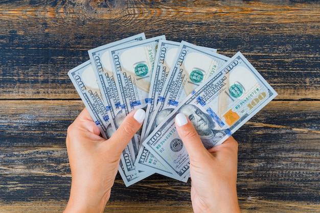 Donna che conta soldi