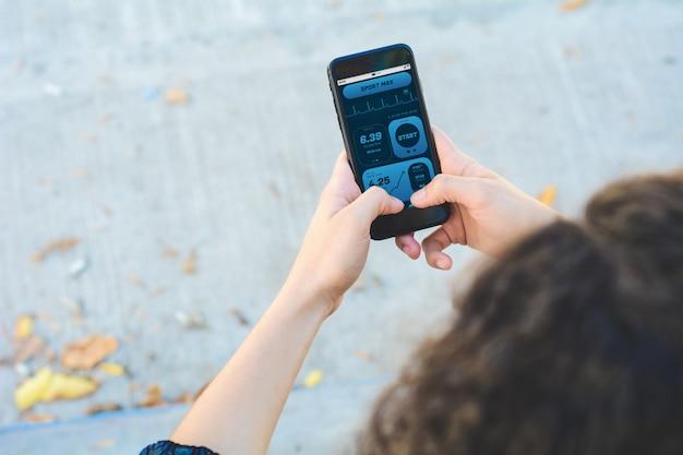 Donna che controlla i progressi con l'attività di monitoraggio della salute delle app sullo smartphone