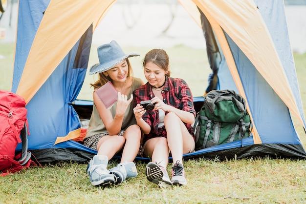Donna che controlla la loro foto a porte chiuse fuori da una tenda