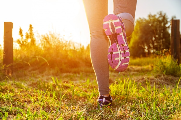 Donna che corre in un campo