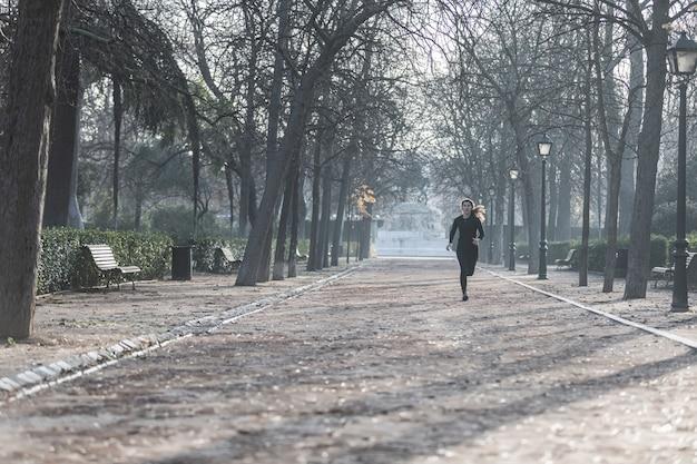 Donna che corre nel parco del retiro a madrid. sport