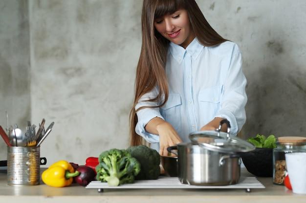 Donna che cucina in cucina