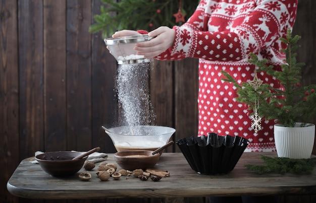 Donna che cucina la torta di natale