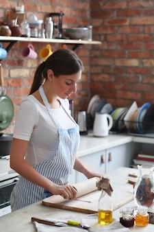 Donna che cucina