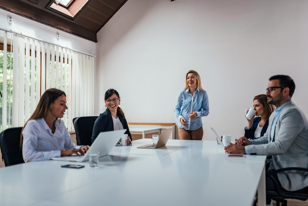 Donna che dà una presentazione in una conferenza o una riunione.