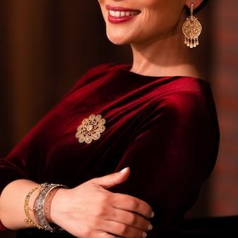 Donna che dimostra gioielli in stile orientale dorato