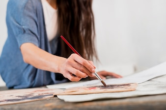 Donna che dipinge in studio d'arte