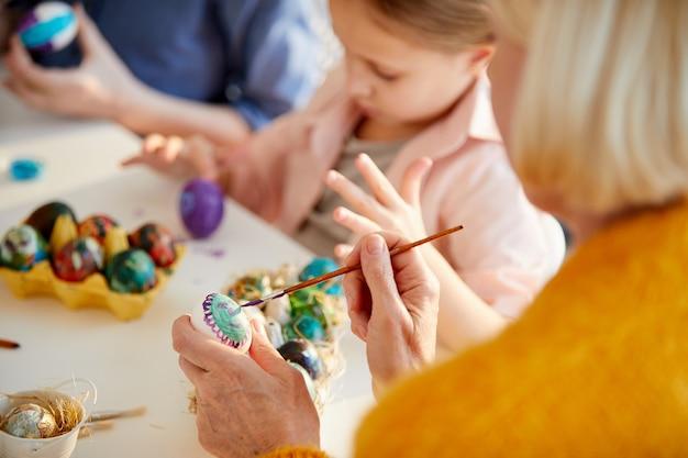 Donna che dipinge le uova di pasqua