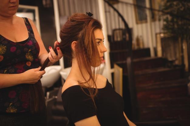 Donna che disegna i suoi capelli al salone