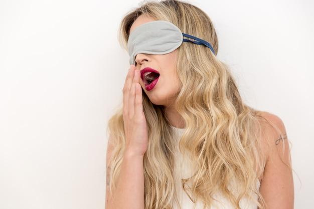 Donna che dorme con la maschera per gli occhi.