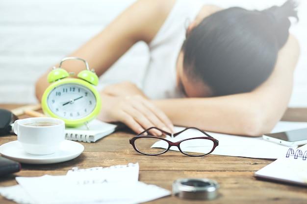 Donna che dorme nel desktop