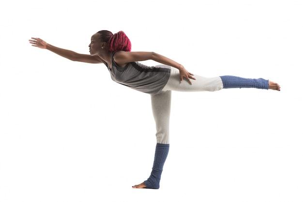 Donna che equilibra mentre si fa yoga
