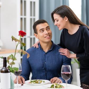 Donna che esamina il suo ragazzo con amore