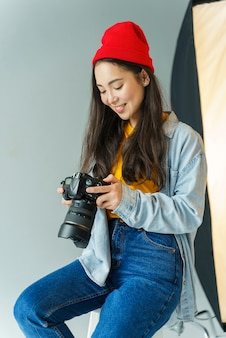Donna che esamina le foto sulla macchina fotografica