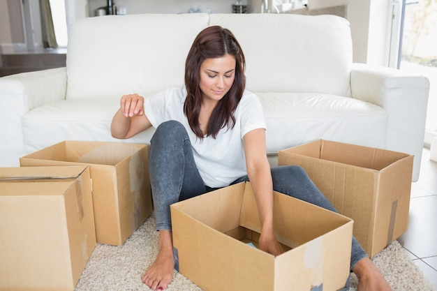 Donna che esamina le scatole in movimento