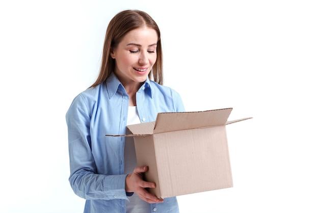 Donna che esamina un colpo medio della scatola