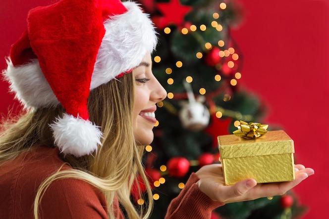 Donna che esamina un regalo d'oro