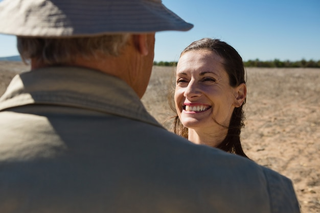 Donna che esamina uomo sul campo