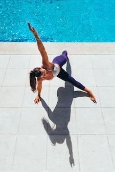 Donna che esegue esercizi di equilibrio all'aperto