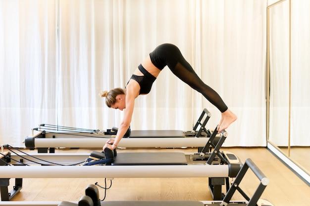 Donna che esegue una posa di yoga del delfino