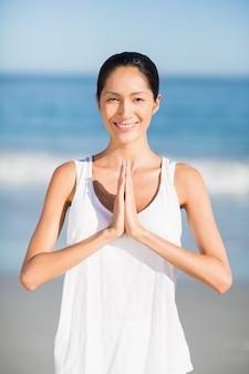 Donna che esegue yoga