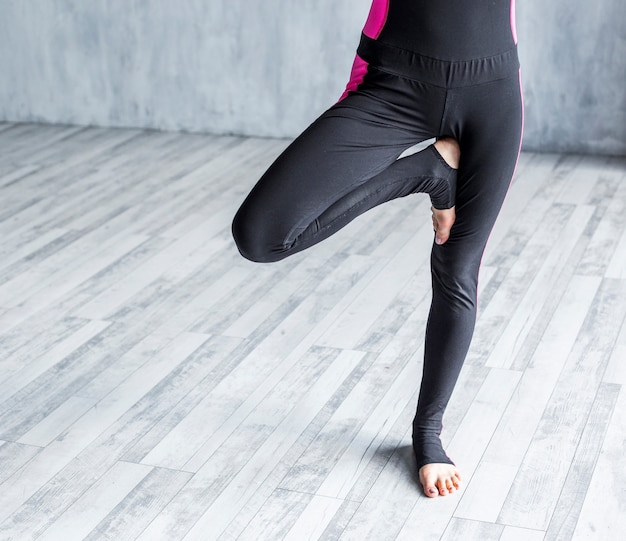 Donna che esercita una posa di yoga dell'albero