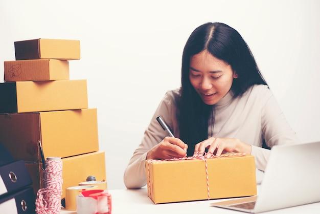 Donna che etichetta scatola commovente a casa