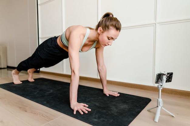 Donna che fa allenamento di sport a casa