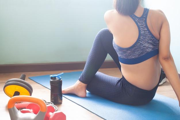 Donna che fa allenamento yoga a casa