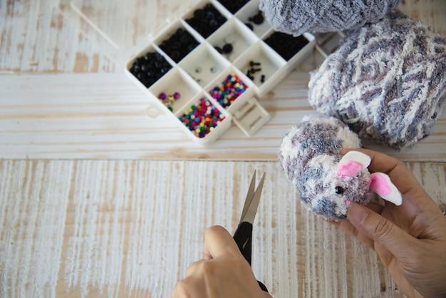 Donna che fa bambola adorabile del coniglietto da filato - concetto di celebrazione di festa di pasqua